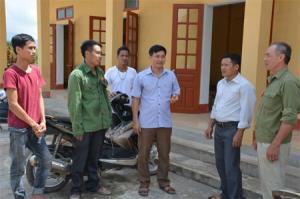 Lãnh đạo xã Yên Hợp gặp gỡ, động viên Trưởng thôn Yên Thịnh và một số người dân tham gia thi công công trình Nhà Văn hóa thôn Yên Thịnh.