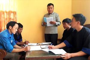 Phó Bí thư Thường trực, Chủ nhiệm UBKT Đảng ủy xã Dế Xu Phình Chang Pàng Rùa trao đổi với cán bộ về công tác kiểm tra, giám sát của Đảng tại địa phương.