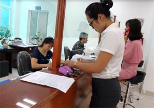 """Các tổ chức, cá nhân đến giao dịch tại bộ phận """"Một cửa"""" Bảo hiểm xã hội tỉnh Yên Bái."""