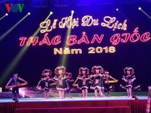 Tiết mục biểu diễn giao lưu văn nghệ của đoàn nghệ thuật huyện Đại Tân, tỉnh Quảng Tây (Trung Quốc).