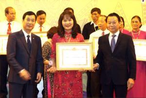 Chị Hoàng Thị Hồng Diệp nhận bằng khen của UBND tỉnh tại Lễ tuyên dương cá nhân điển hình tiên tiến học tập và làm theo tư tưởng, đạo đức phong cách Hồ Chí Minh và bí thư chi bộ tiêu biểu.