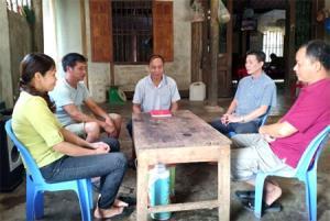 Ông Thanh (người ngồi giữa) trong một buổi vận động nhân dân hiến đất làm đường nông thôn xã.