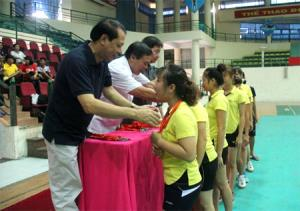 Ban Tổ chức trao HCB môn bóng chuyền nữ Đại hội TDTT tỉnh cho các VĐV huyện Lục Yên.