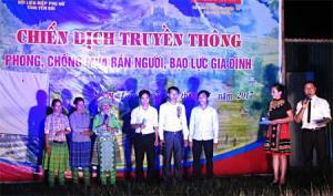 Một buổi tuyên truyền trong chiến dịch truyền thông phòng chống mua bán người, bạo lực gia đình tại huyện Trạm Tấu.