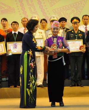 Đồng chí Phạm Thị Thanh Trà - Ủy viên Ban Chấp hành Trung ương Đảng, Bí thư Tỉnh ủy, Chủ tịch HĐND tỉnh trao biểu trưng và bằng khen cho các bí thư chi bộ tiêu biểu.