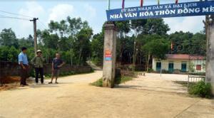 Công trình nhà văn hóa và đường giao thông liên thôn ở Đồng Mè được đầu tư từ nguồn lực của Nhà nước và nhân dân đóng góp.