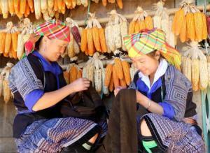 Phụ nữ dân tộc Mông chăm chỉ, cần mẫn tạo nên những sản phẩm thổ cẩm độc đáo.