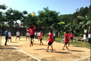Nhân dân tổ 32, phường Minh Tân, thành phố Yên Bái tham gia môn bóng chuyền hơi trong Ngày hội Đại đoàn kết toàn dân năm 2017 (Ảnh: Nguyễn Thanh)