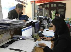 Bộ phận một cửa Bảo hiểm xã hội tỉnh Vĩnh Phúc tạo thuận lợi cho khách hành giao dịch giải quyết chế độ bảo hiểm y tế.