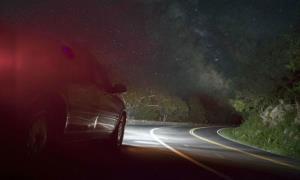 Tầm nhìn hạn chế khiến việc lái xe vào ban đêm gặp nhiều trở ngại.