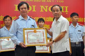 Đồng chí Tạ Văn Long - Phó Chủ tịch Thường trực UBND tỉnh trao bằng khen của UBND tỉnh cho tập thể đạt thành tích xuất sắc thực hiện Đề án 1-1133.