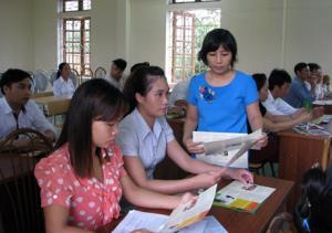 Cán bộ Sở Tư pháp phát tài liệu tuyên truyền pháp luật cho người dân tại xã Mông Sơn.