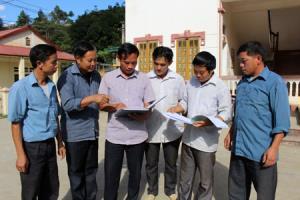 Cán bộ xã Cao Phạ, huyện Mù Cang Chải trao đổi về các biện pháp tuyên truyền pháp luật. (Ảnh: Hoài Anh)