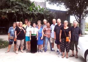 Bà Lường Thị Hồng Chung chụp ảnh lưu niệm cùng du khách quốc tế.