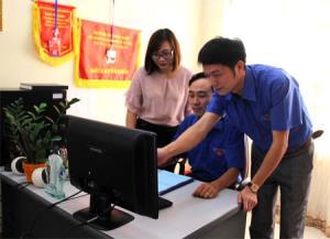Anh Trương Mạnh Quyết (đứng) trao đổi chuyên môn với đồng nghiệp.