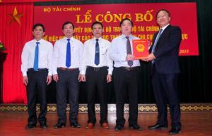 Đồng chí Bùi Văn Nam - Tổng cục trưởng Tổng cục Thuế trao quyết định của Bộ Tài chính về việc thành lập Chi cục Thuế khu vực Nghĩa Văn cho lãnh đạo Cục Thuế tỉnh Yên Bái