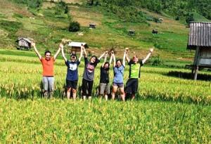Khách du lịch chụp ảnh lưu niệm tại Danh thắng quốc gia Ruộng bậc thang Mù Cang Chải.