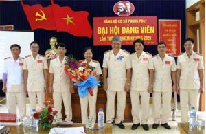 Thiếu tướng Đặng Trần Chiêu - Ủy viên Ban Thường vụ Tỉnh ủy, Giám đốc Công an tỉnh tặng hoa chúc mừng Đảng ủy cơ sở Phòng Hậu cần nhiệm kỳ 2015 - 2020.