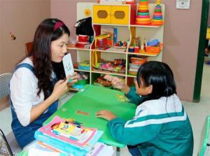 Cô giáo Nguyễn Thị Ái Vân dạy trẻ tại Trung tâm Hỗ trợ phát triển giáo dục hòa nhập trẻ khuyết tật tỉnh.