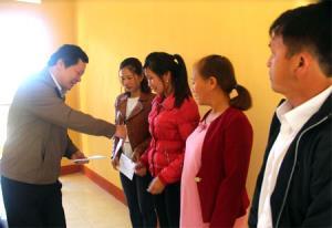 Đồng chí Vương Văn Bằng - Giám đốc Sở Giáo dục và Đào tạo tặng quà giáo viên có hoàn cảnh khó khăn tại xã Lao Chải.