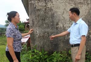Bà Hoàng Thị Ngư nêu phương án sửa chữa nhà văn hóa thôn đã xuống cấp.