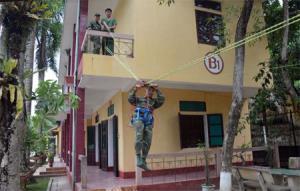 Chiến sỹ Đại đội 20, Phòng Tham mưu, Bộ Chỉ huy Quân sự tỉnh thực hành luyện tập cứu nạn bằng thang treo cứu hộ, cứu nạn.