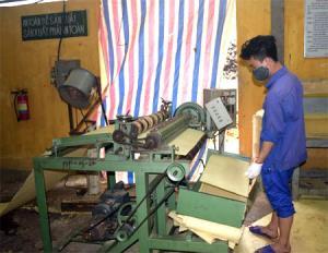 Công nhân Nhà máy Giấy Yên Hợp trực thuộc Công ty cổ phần Lâm nông sản thực phẩm Yên Bái trong giờ sản xuất.