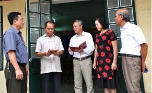 Bí thư Chi bộ Khu dân cư Yên Thắng (đứng giữa) trao đổi với các đảng viên trong Chi bộ.