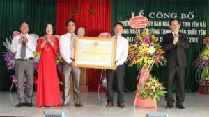 Đồng chí Nguyễn Văn Khánh - Phó Chủ tịch UBND tỉnh trao Bằng công nhận đạt chuẩn NTM cho xã Cường Thịnh.