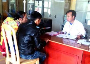 Cán bộ xã Lao Chải giải quyết TTHC cho người dân.