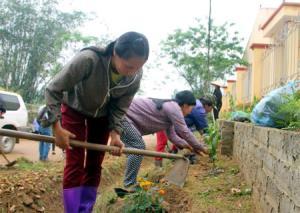 Người dân xã Cường Thịnh tích cực dọp dẹp vệ sinh, trồng hoa cây cảnh tạo cảnh quan môi trường xanh - sạch - đẹp.