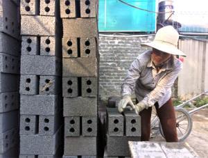 Sản phẩm gạch không nung của chị Nguyễn Thị Thanh có mẫu mã đẹp và chất lượng tốt.