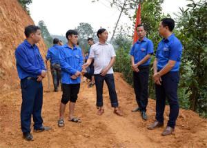 Lãnh đạo xã Hoàng Thắng trao đổi với đoàn viên thanh niên tại công trường thanh niên tình nguyện về việc kết nạp đảng viên.