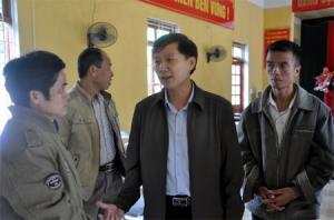 Đồng chí Hoàng Hữu Độ - Bí thư Huyện ủy Lục Yên trao đổi với người dân xã Trúc Lâu về xây dựng các mô hình phát triển kinh tế.
