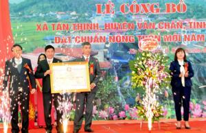 Các đồng chí lãnh đạo tỉnh trao bằng công nhận xã đạt chuẩn nông thôn mới cho xã Tân Thịnh