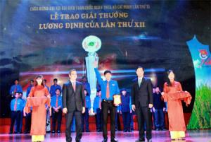 Nguyễn Thành Luân (đứng giữa) nhận giải thưởng Lương Định Của lần thứ XII - năm 2017.