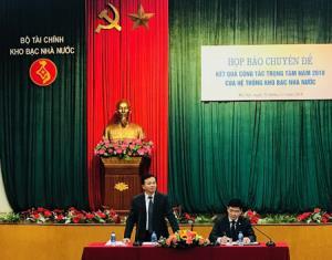 Ông Nguyễn Quang Vinh (đứng), Phó Tổng giám đốc KBNN chủ trì họp báo.