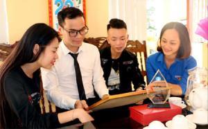 Đào Đức Thành (thứ 2 bên trái) cùng cô giáo và các bạn.