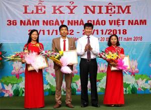 Thầy giáo Dương Thanh Tú nhận bằng khen của Bộ Giáo dục và Đào tạo tại lễ kỷ niệm 36 năm Ngày Nhà giáo Việt Nam.