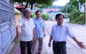 Ban Chi ủy Chi bộ Khu dân cư Quang Trung tuyên truyền, vận động nhân dân hiến đất, phá dỡ hàng rào để làm đường.