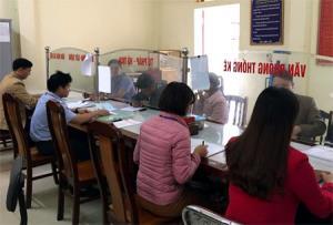 Cán bộ xã Châu Quế Hạ giải quyết các TTHC cho người dân.
