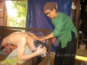 Bà Nương chăm sóc người con trai bị tai nạn lao động.