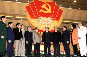 Các đại biểu tỉnh Yên Bái trao đổi bên lề Đại hội XII của Đảng.