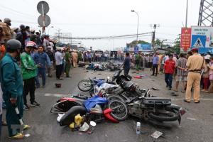 Hiện trường vụ tai nạn giao thông thảm khốc xe container đâm hàng loạt xe máy tại Long An làm nhiều người thương vong.