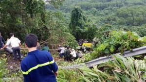Lực lượng cứu hộ dùng dây thừng tiếp cận xe ôtô gặp nạn.