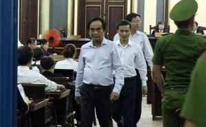 Ông Đoàn Nguyên Sáng, nguyên Phó Tổng giám đốc BIDV (người đi đầu) trong lần bị triệu tập đến tòa. (Ảnh: Dân trí)