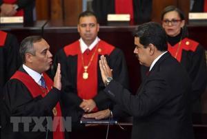 Tổng thống Venezuela Nicolas Maduro (phải, phía trước) tuyên thệ nhậm chức trước Chánh án Tòa án Công lý Tối cao Maikel Moreno (trái, phía trước) tại Caracas ngày 11/1/2019.