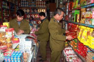 Đội QLTT số 4 kiểm tra hàng hóa tại các hộ kinh doanh cố định.