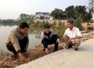 Lãnh đạo xã Minh Quân kiểm tra chất lượng tuyến đường giao thông đi vào thôn Liên Hiệp vừa được bê tông hóa năm 2018.