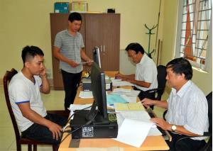 Cán bộ Chi cục Thuế huyện Yên Bình triển khai nhiệm vụ thu ngân sách năm 2019.